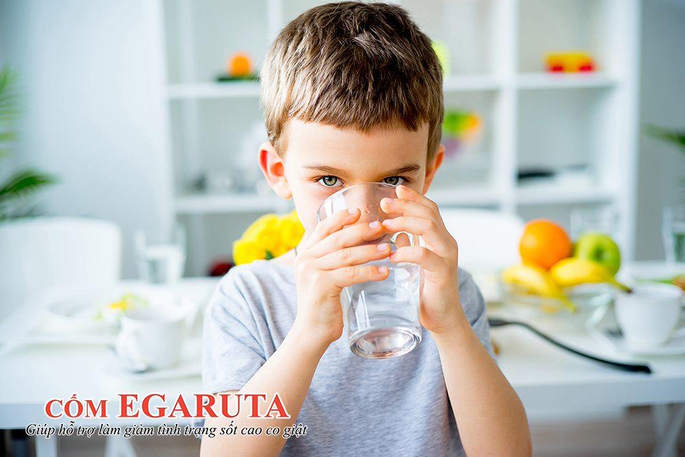 Cha mẹ nên khuyến khích trẻ uống nhiều nước khi bị sốt
